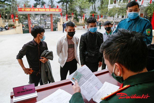 Trước đó các tân binh đã được kiểm tra sức khỏe, khai báo y tế để đảm bảo an toàn trong công tác tuyển quân.