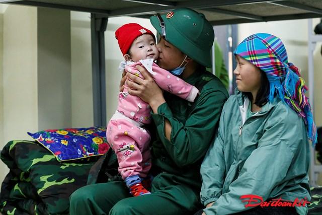 Tân binh Lò Ngọc Tường, xã Nậm Ban, người dân tộc Dáy bên vợ và con gái 8 tháng tuổi trước khi lên đường nhập ngũ.