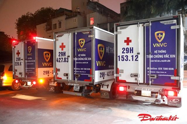 4h30 sáng các nhân viên đã vận chuyển những lôvaccine đầu tiên lên xe để đưa về Bệnh viện nhiệt đới TW2 và Hải Dương.