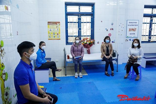 Những người được tiêm xong sẽ chờ ở phòng sau tiêm để theo dõi sức khỏe.