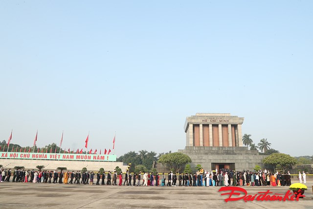 Đại biểu Đại hội Thi đua yêu nước toàn quốc lần thứ X vào Lăng viếng Chủ tịch Hồ Chí Minh.