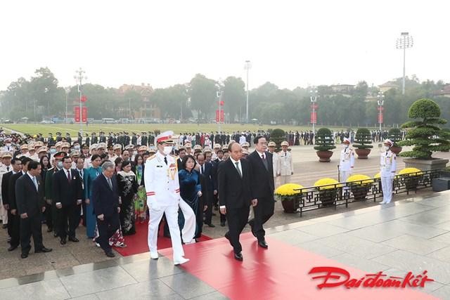 """Lãnh đạo Đảng, Nhà nước cùng đoàn đại biểu lần lượt vào Lăng viếng Chủ tịch Hồ Chí Minh. Vòng hoa của đoàn mang dòng chữ """"Đời đời nhớ ơn Chủ tịch Hồ Chí Minh vĩ đại""""."""