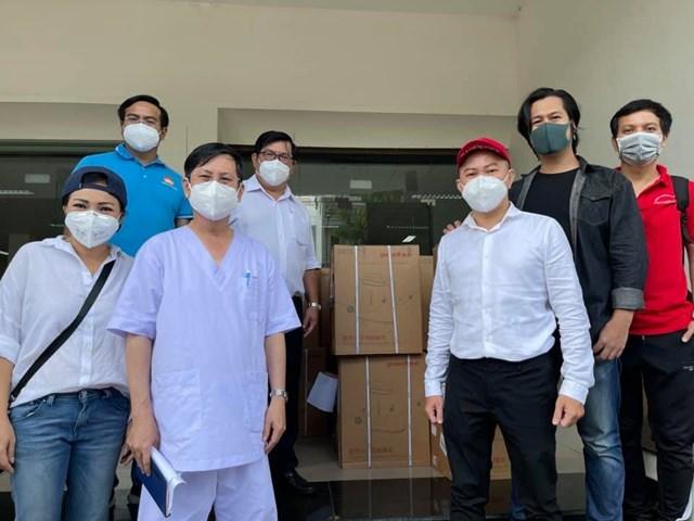 Tham gia cùng đoàn có các văn, nghệ sĩ: ca sĩ Phương Thanh; ca sĩ Quốc Đại; chuyên gia ảo thuật Đức Joker, Biên đạo múa Phan Cường để động viên tinh thần các lực lượng đang làm nhiệm vụ tại các khu điều trị dã chiến.