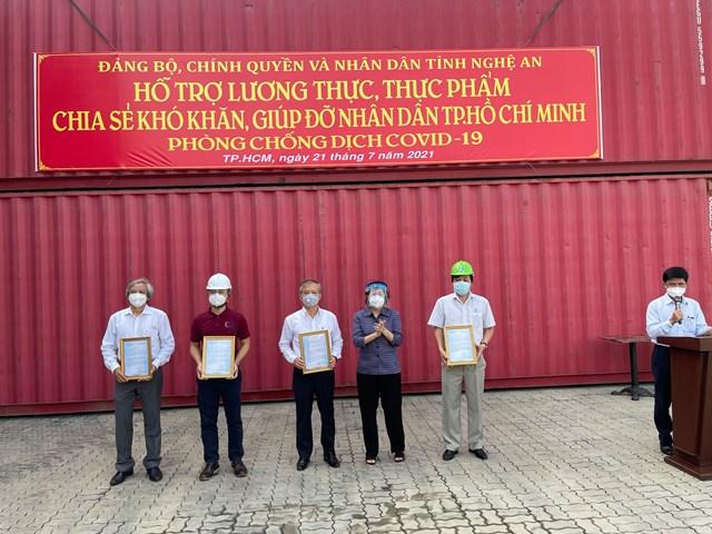 bà Tô Thị Bích Châu, Chủ tịch Ủy ban MTTQ Việt Nam TP HCM đã tiếp nhận hơn 292 tấn hàng hóa từ tỉnh Nghệ An