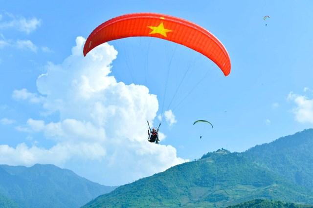Dù lượn Mù Cang Chải - một trong những hoạt động thu hút khách du lịch trong và ngoài nước. Ảnh: Giang Trịnh - Lê Thanh.