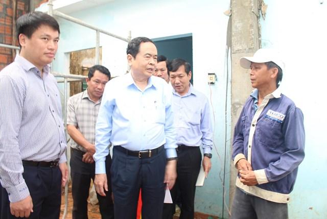 Chủ tịch Trần Thanh Mẫn thăm hỏi, chia sẻ với những thiệt hại của người dân Quảng Ngãi.