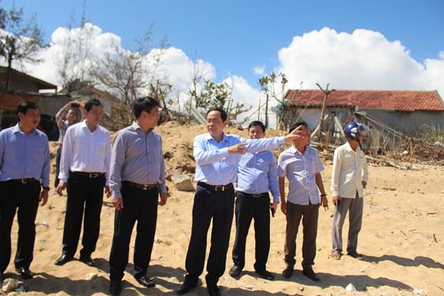 Chủ tịch Trần Thanh Mẫn dẫn đầu đoàn công tác thị sát những khu vực bị sạt lở ở bờ biển thôn An Cường, xã Bình Hải, huyện Bình Sơn, tỉnh Quảng Ngãi.