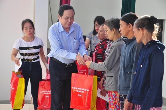 Chủ tịch Trần Thanh Mẫn tặng quà và động viên bà con vùng lũ Quảng Nam vượt qua khó khăn, ổn định cuộc sống.