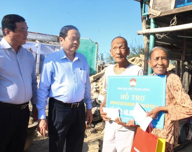 Chủ tịch Trần Thanh Mẫn chia sẻ và trao hỗ trợ xây nhà cho các hộ gia đình bị sập nhà tại Quảng Nam.