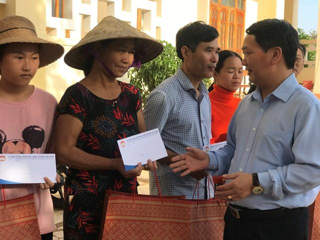 Phó Chủ tịch - Tổng Thư ký Hầu A Lềnh động viên các gia đình bị thiệt hại do mưa lụt ở huyện Cẩm Xuyên, tỉnh Hà Tĩnh, tiếp tục vượt lên khó khăn, tái thiết lại cuộc sống.