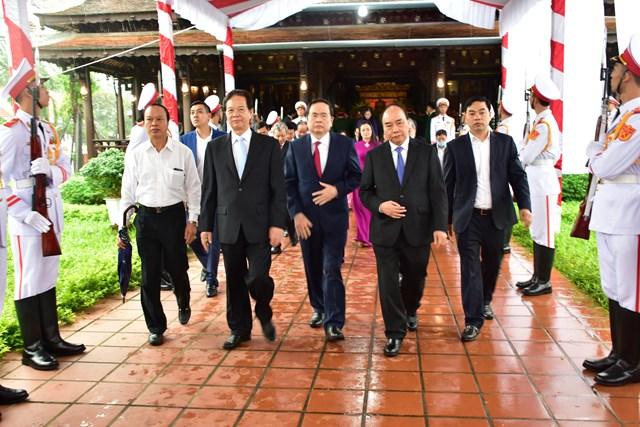 Các đồng chí lãnh đạo, nguyên lãnh đạo Đảng, Nhà nước, MTTQ Việt Nam đến dâng hương tại Nhà văn hoá Đại tướng Lê Đức Anh.
