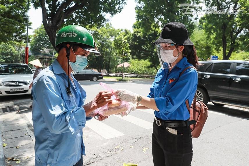Các đoàn viên thanh niên của Báo Đại Đoàn Kết cùng tham gia chương trình.Ảnh: Quang Vinh.