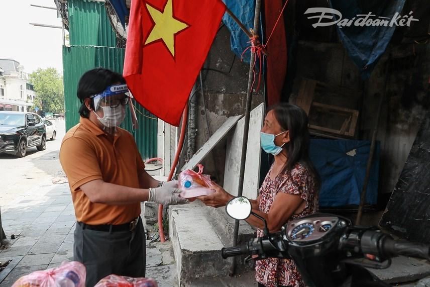 Quyền Tổng Biên tập Báo Đại Đoàn Kết Lê Anh Đạt đến Ga Hà Nội để trao cơm cho người lao động ở khu xóm trọ. Nhiều người có hoàn cảnh khó khăn đã bày tỏ sự xúc động khi được quan tâm.Ảnh: Quang Vinh.