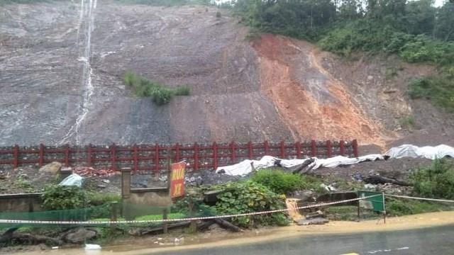 Quả núi trên QL7 đoạn qua địa bàn thị trấn Mường Xén (huyện Kỳ Sơn) có nguy cơ sạt lở.