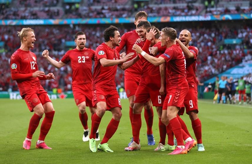 Các cầu thủ Đan Mạch ăn mừng pha ghi bàn đầu tiên vào lưới Anh.