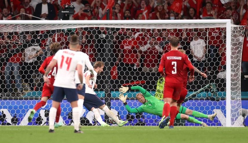 Harry Kane cần tới 2 cú sút mới ghi được bàn thắng thứ tư tại EURO lần này.