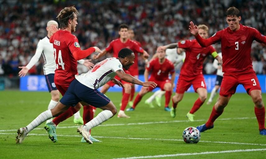 Pha đi bóng củaSterling khiến hậu vệ Đan Mạch phạm lỗi.