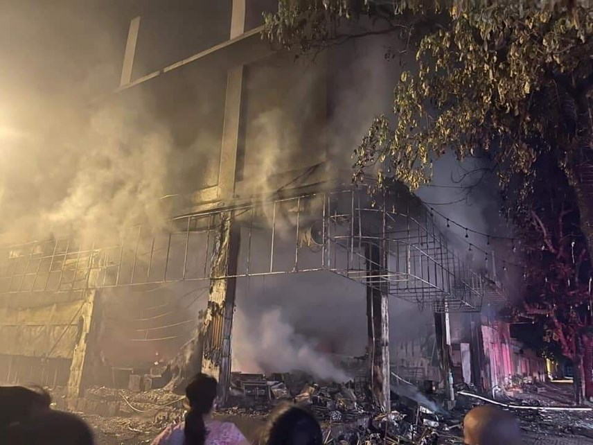 Sau gần 1h, ngọn lửa được khống chế. Tuy nhiên, thiệt hại về người và tài sản là rất lớn.