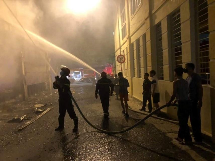 Lực lượng PCCC đã điều động 7 xe cứu hỏa đến dập lửa.