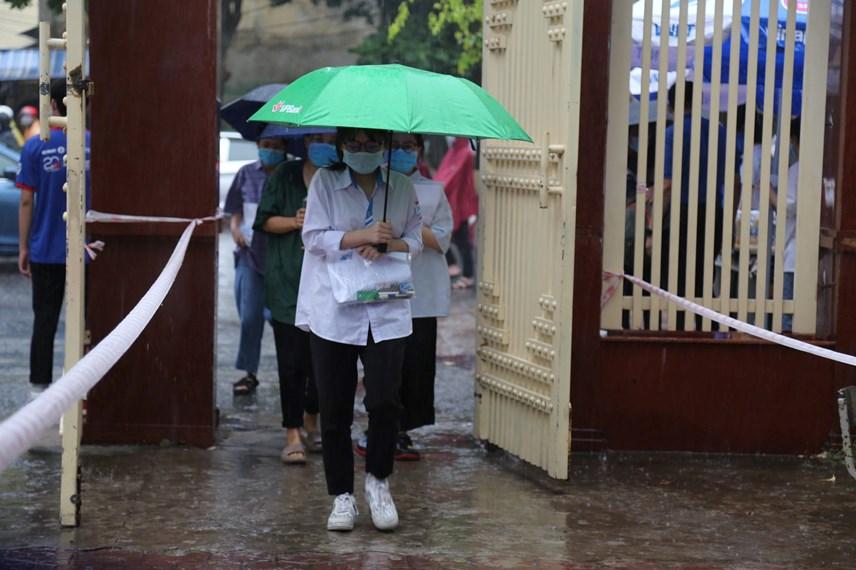 Cơn mưa nặng hạt từ đêm đến sáng ngày 7/7 tại TP Vinh, dù vất vả đến điểm thi nhưng có giá trị hạ nhiệt cho sĩ tử tại kỳ thi quan trọng nhất của năm.