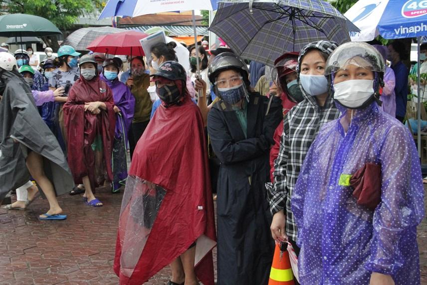 Cơn mưa lớn 'hạ nhiệt' cho hàng ngàn sĩ tử dự thi - Ảnh 3