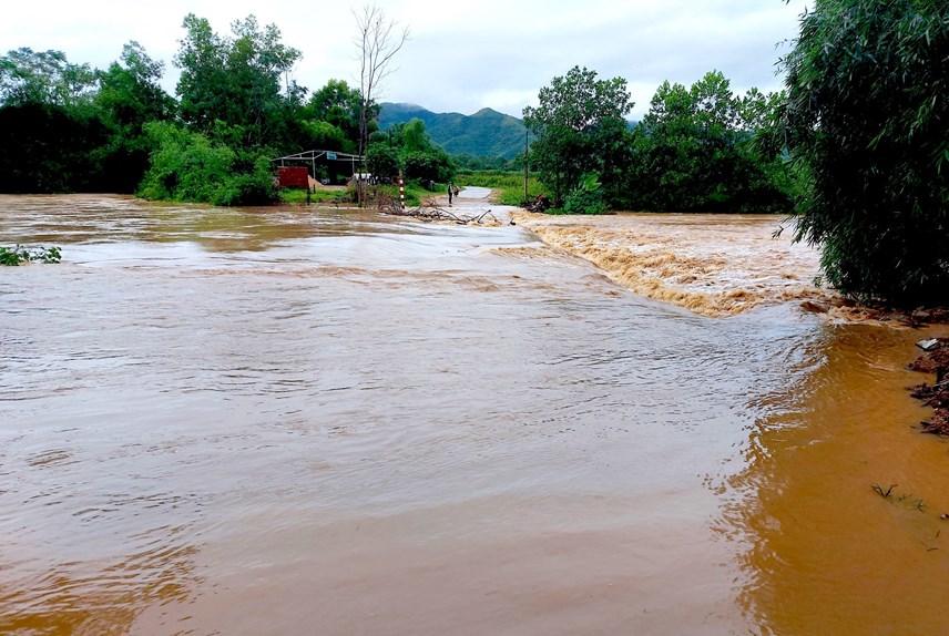Nhiều tuyến đường tại Nghệ An bị chia cắt do mưa lớn từ đêm 24/9 đến nay.