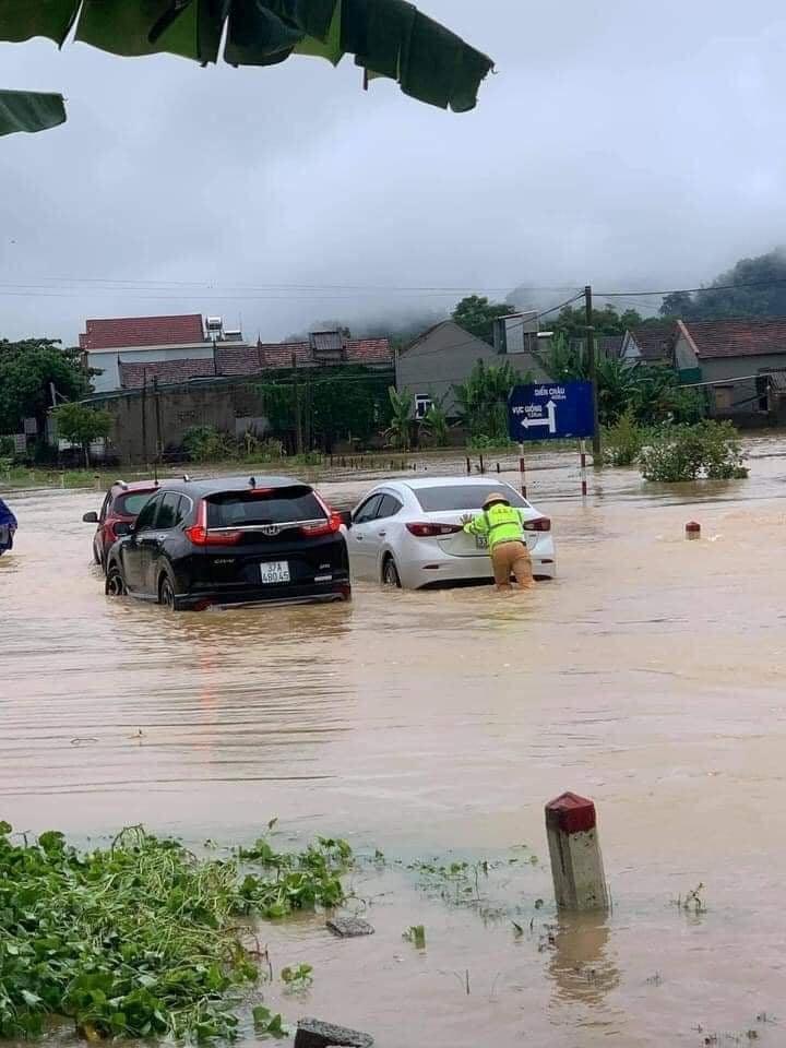 QL48 qua thị xã Thái Hòa bị ngập sâu.