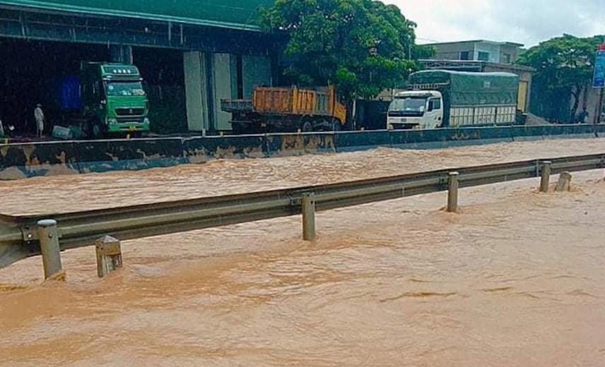 Tuyến QL1A đoạn qua huyện Quỳnh Lưu, thị xã Hoàng Mai bị ngập hơn nửa mét.