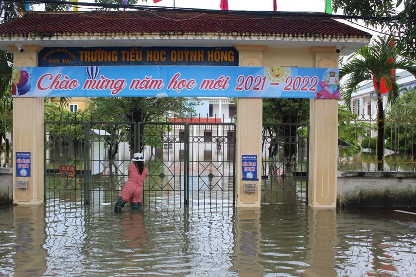 Nhiều trường học tại Quỳnh Lưu đang chìm trong nước khiến hàng ngàn em học sinh phải nghỉ học.