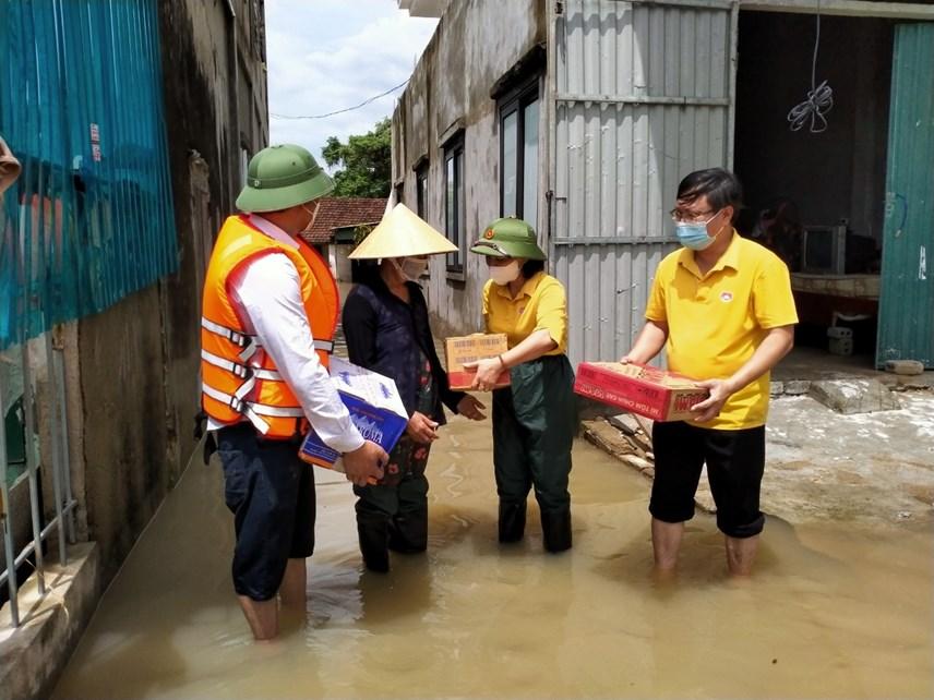 Cũng trong sáng ngày 27/9, đại diện lãnh đạo Ủy ban MTTQ huyện Quỳnh Lưu trực tiếp đi xuồng trao quà cứu trợ cho người dân vùng bị ngập sâu.