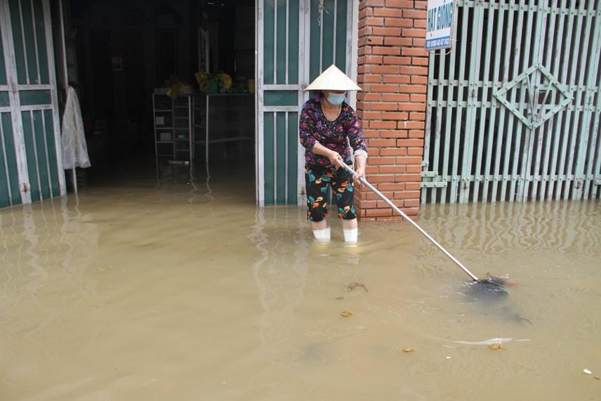 Sau khi nước rút, người dân dọn dẹp để ổn định cuộc sống.