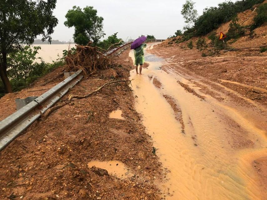 Trong khi đó, tuyến QL46 đoạn qua xã Ngọc Sơn, huyện Thanh Chương chưa thể thông tuyến vì hàng trăm ngàn khối đất đá của Rú Nguộc sạt lở xuống mặt đường từ đêm 29/10, ngày 30/10.