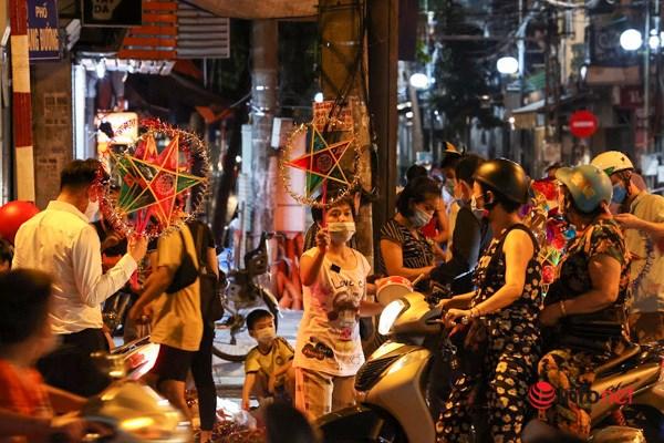 Người dân mua sắm đèn ông sao trên phố Hàng Mã.