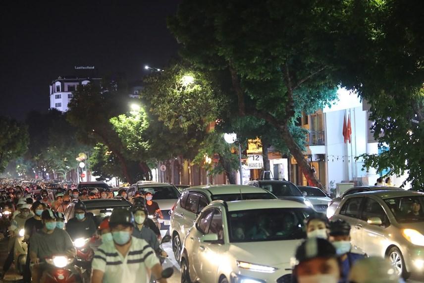 Dòng người di chuyển đông nghịt trên phố Hàng Bài. Ảnh: Báo Quân đội nhân dân.