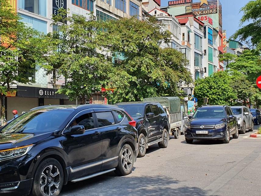 Đoàn xe ô tô xếp hàng dài trên đường Đào Tấn đợi kiểm tra...