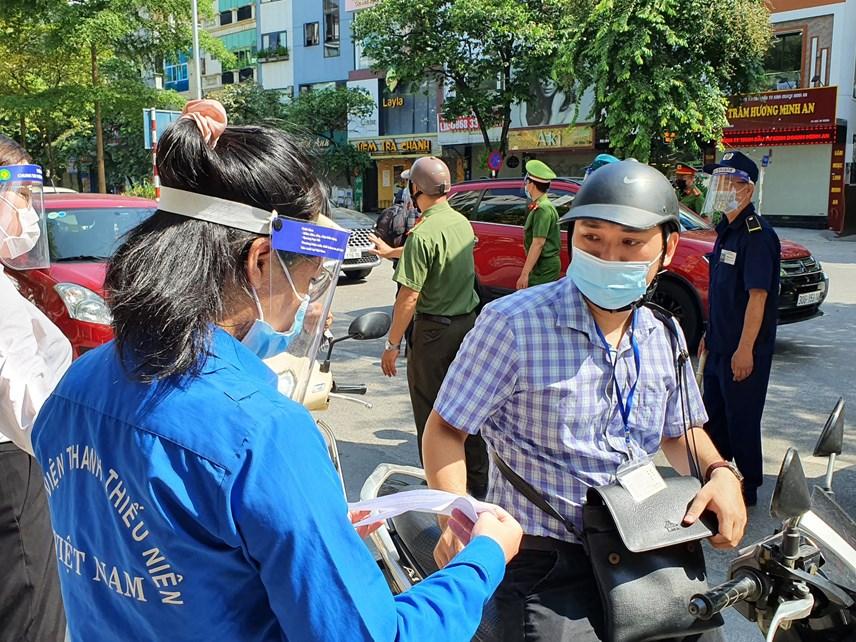 Ngoài lực lượng chức năng, đội ngũ thanh niên tình nguyện cũng tham gia hỗ trợ kiểm tra giấy tờ.