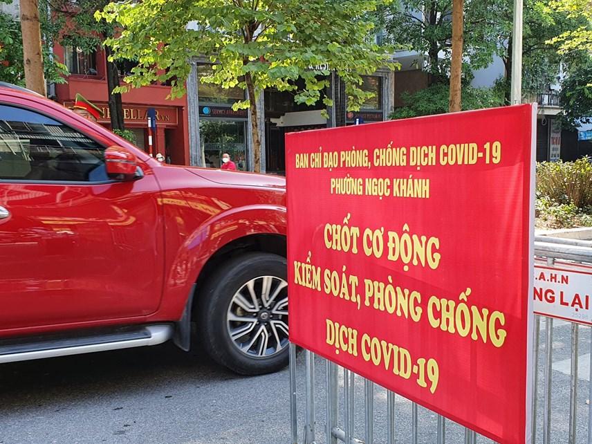 Theo ghi nhận của PV Báo Đại Đoàn Kết Online, tại đường Đào Tấn, đoạn qua ngã tư Đào Tấn - Nguyễn Khánh Toàn, lực lượng chức năng đã tiến hành lập chốt chặn kiểm soát dịch đối với các phương tiện di chuyển vào trung tâm thành phố.