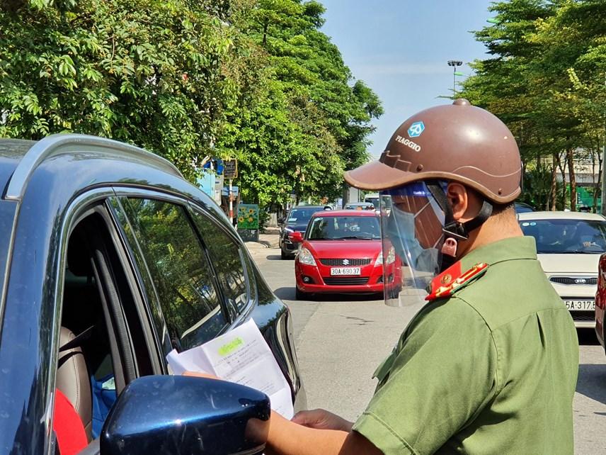Theo đó, các phương tiện di chuyển hướng vào trung tâm thành phố phải có giấy tờ cho phép của cơ quan, công ty hoặc nơi làm việc.