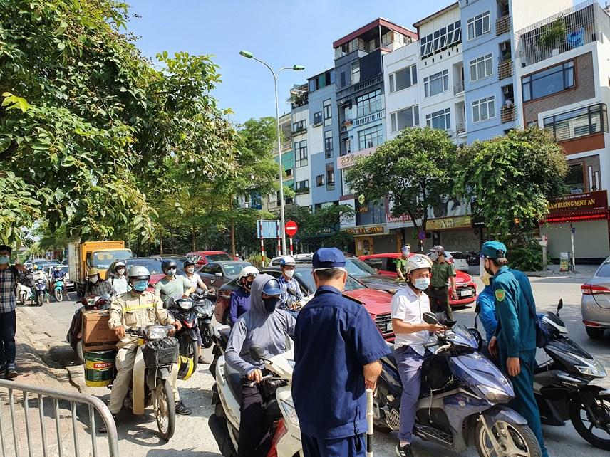 Rất đông các phương tiện di chuyển qua chốt kiểm soát vào trung tâm thành phố sáng nay.