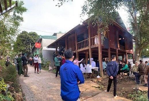 Thiếu tá Vi Văn Luân được gia đình đưa về lo hậu sự.