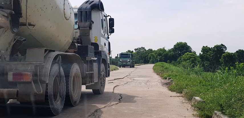 Tuyến đê tả sông Chu bị hư hỏng nặng do lưu lượng xe tải dày đặc lưu thông qua mỗi ngày.