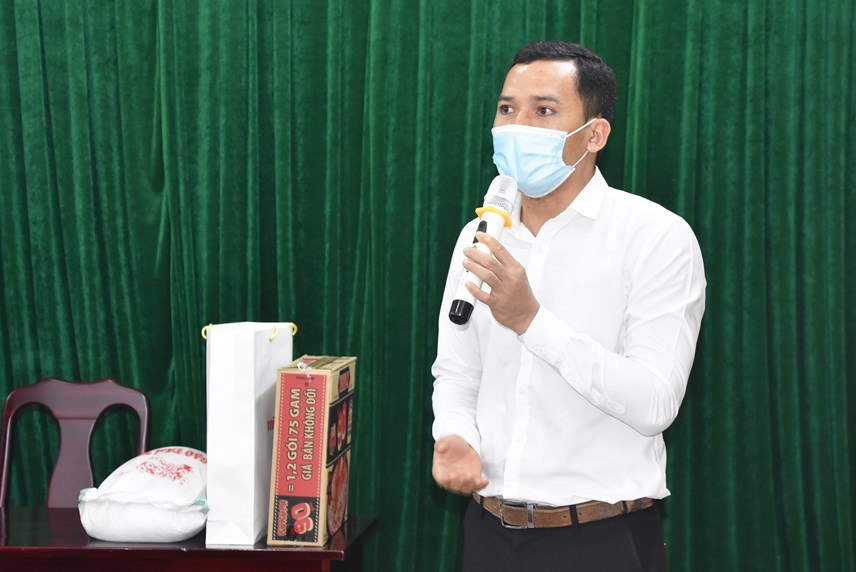 """Anh Sonxay Luangoudom, nghiên cứu sinh Lào tại Trường Đại học Bách khoa Hà Nội cảm ơn món quà ý nghĩa từQuỹ """"Steve Bùi và những người bạn""""."""