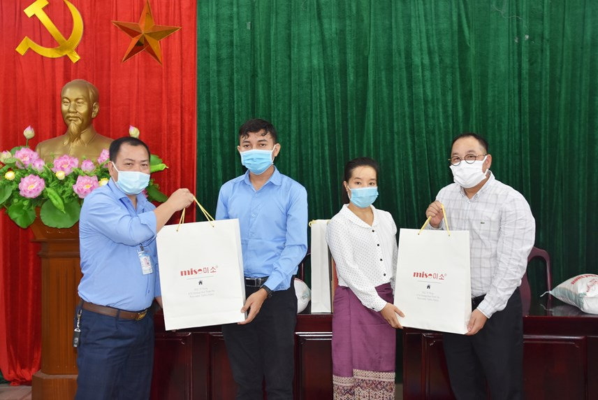 Trao hỗ trợ cho các lưu học sinh tại Trường Đại học Bách khoa Hà Nội.