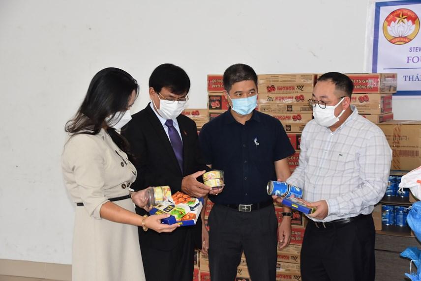 Những phần quà gửi đến các lưu học sinh bao gồm lương thực, nhu yếu phẩm thiết yếu.