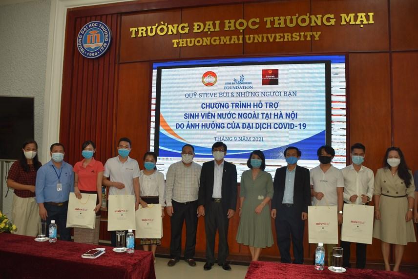 Trao hỗ trợ cho các lưu học sinh tại Trường Đại học Thương mại.