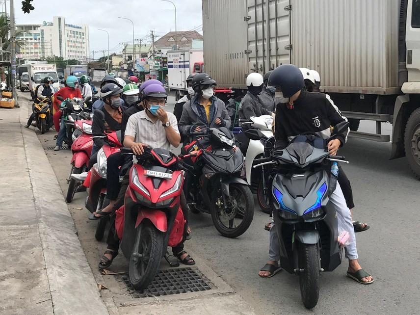 Nhiều top đi bằng xe gắn máy về quê đều được hướng dân quay trở lại TP HCM nhằm đảm bảo không đẻ dịch lây lan diện rộng.