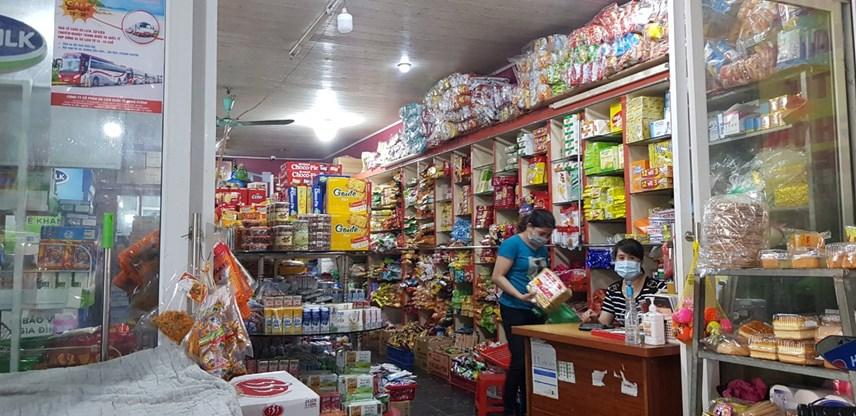 Cửa hàng đồ khô tại thị trấn Đông Anh vắng vẻ khách mua hàng.
