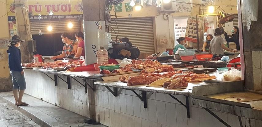 Các hàng thịt cũng tương tự, thưa thớt người mua.
