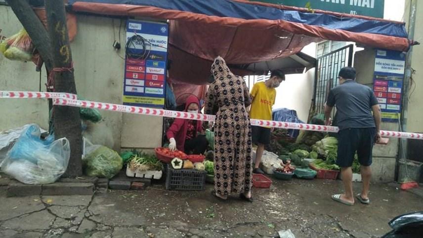 Chợ Tân Mai phải dừng hoạt động nên người dân 2 bên đường bán hàng thực phẩm phục vụ nhu cầu thiết yếu của người dân. Phường cũng giăng dây để đảm bảo khoảng cách an toàn cho người mua và người bán.