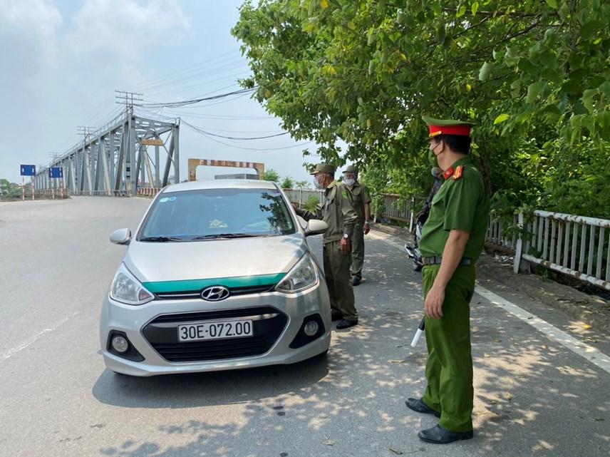 Lực lượng chức năng thực hiện kiểm tra toàn bộ các xe lưu thông qua cầu Đuống. Ảnh: L.A..